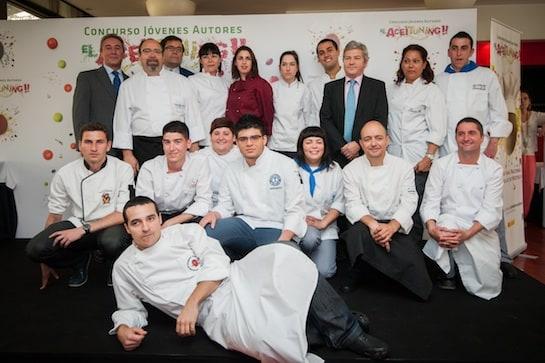 El grupo de los 17 finalistas, con el ganador en el centro.