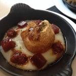 Huevo frito sobre puré de patatas, con sobrasada y membrillo / Foto: L. Prieto