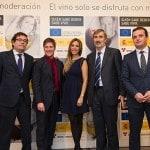 De izda a dcha, Carlos Cabanas, Carlos Latre, Gisela, Javier Pagés y Amancio Moyano / Foto: Campaña Quien sabe beber sabe vivir