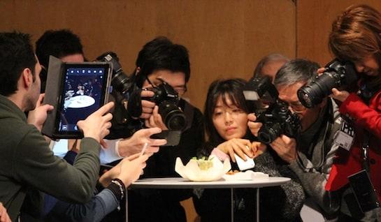 Fotógrafos ante uno de los platos presentados en Madrid Fusión 2014 / Foto: L. Prieto