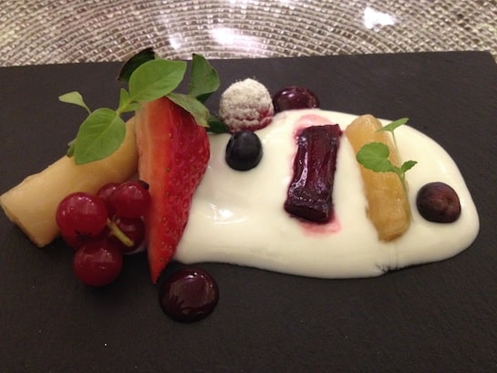 El toque dulce de Sergio Fernández: estofado dulce de remolacha, frutos rojos y espárragos de Navarra con germinados dulces y flores.