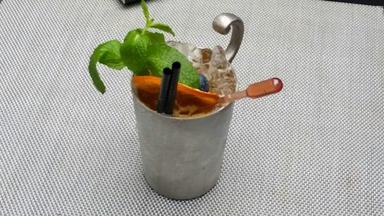 Cocktail de pacharán con hierbabuena, ginebra, pimienta y fruta de la pasión del coctelero argentino Diego Cabrera.