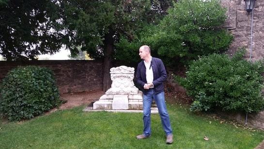 El presidente de la IGP, Adrián Subia, ante el mausoleo del perrito Merlin.