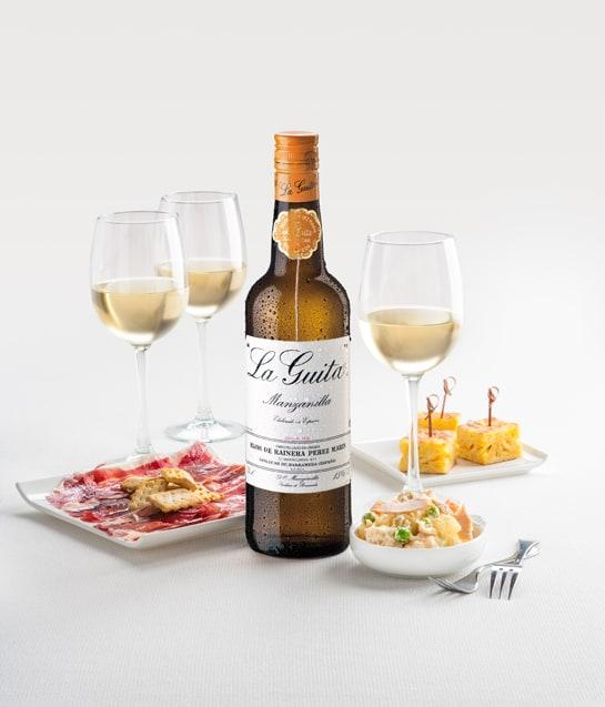 Botella de manzanilla La Guita con kit de picoteo