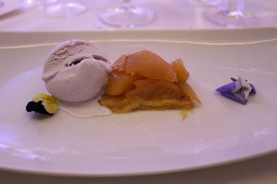 El postre: tarta tatin con helado de violeta (y una violeta).
